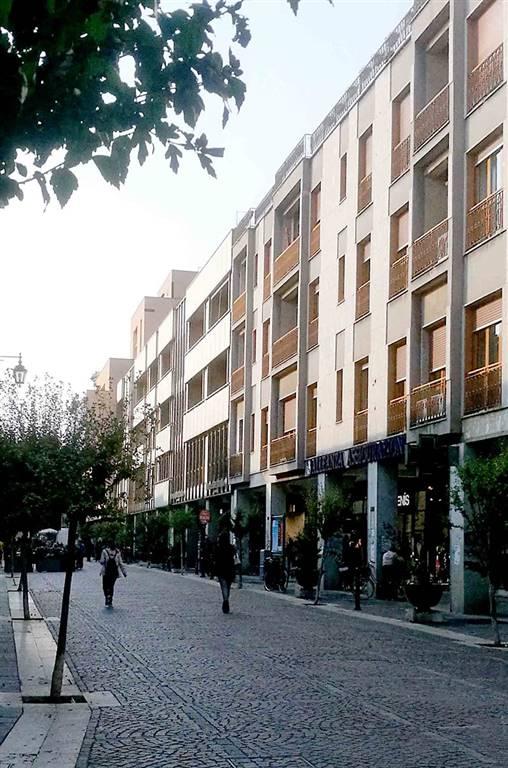 Saronno, centro storico pedonale, peraltro accessibile a tutti i veicoli nelle ore pomeridiane. In stabile signorile affacciato sul corso Italia, la