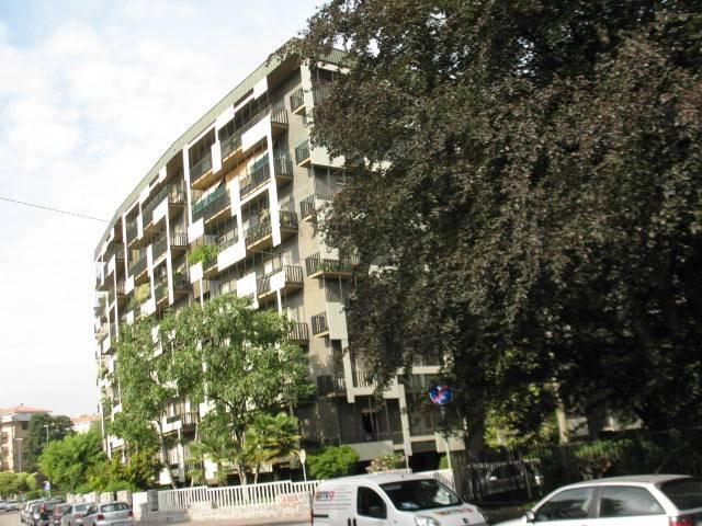 L'appartamento che proponiamo in locazione è situato a cinquecento metri dalla stazione ferroviaria di Saronno, in zona mercato e di fronte ad uno