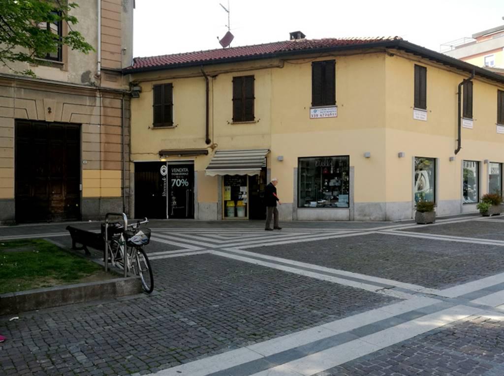 Saronno, centro storico pedonale, nella piazzetta che si apre sul corso Italia, situato in una posizione con ottima visibilità rispetto all'intenso