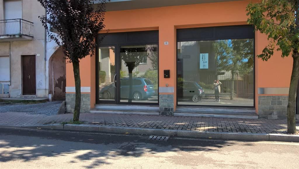 Turate, zona centro, via Roma, su una strada di forte passaggio veicolare e pedonale, in prossimità di molti altri esercizi commerciali, in un