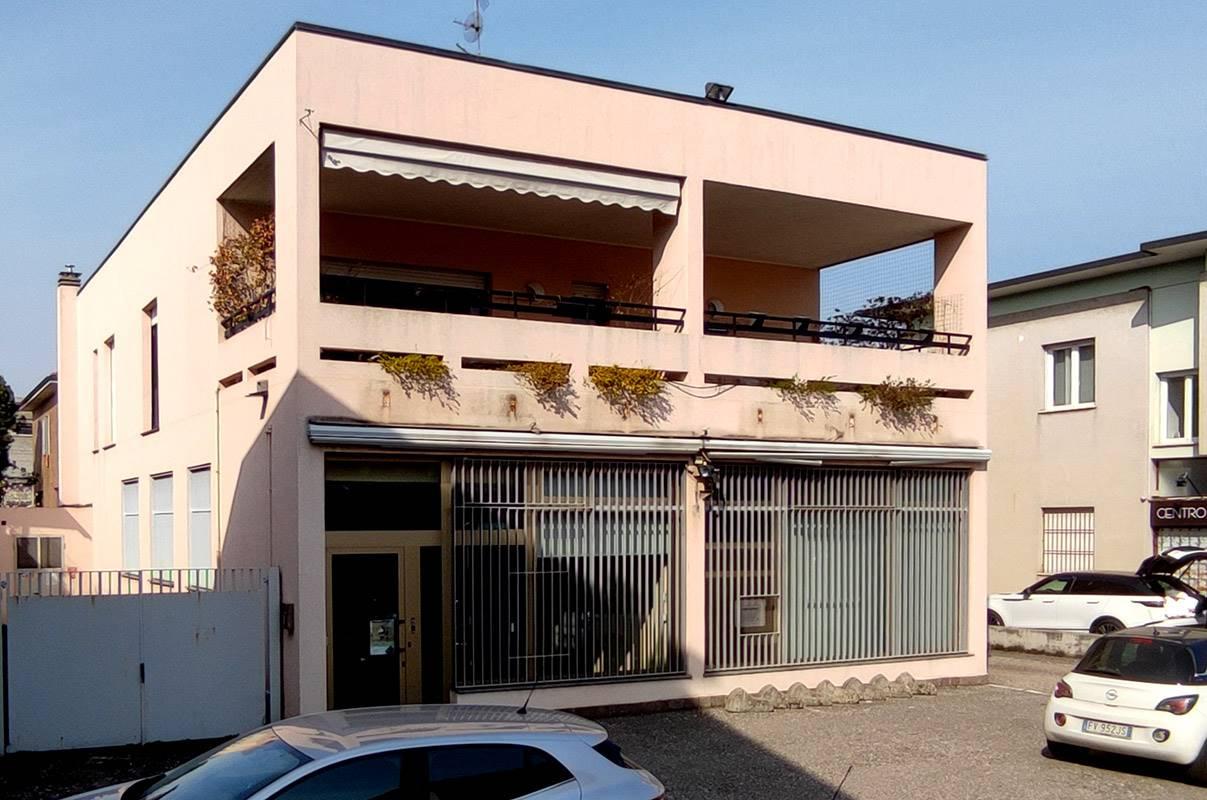 Via Dante Alighieri, su strada provinciale ad intenso transito veicolare, in prossimità dell'unica farmacia del paese ed anche dell'ufficio postale,
