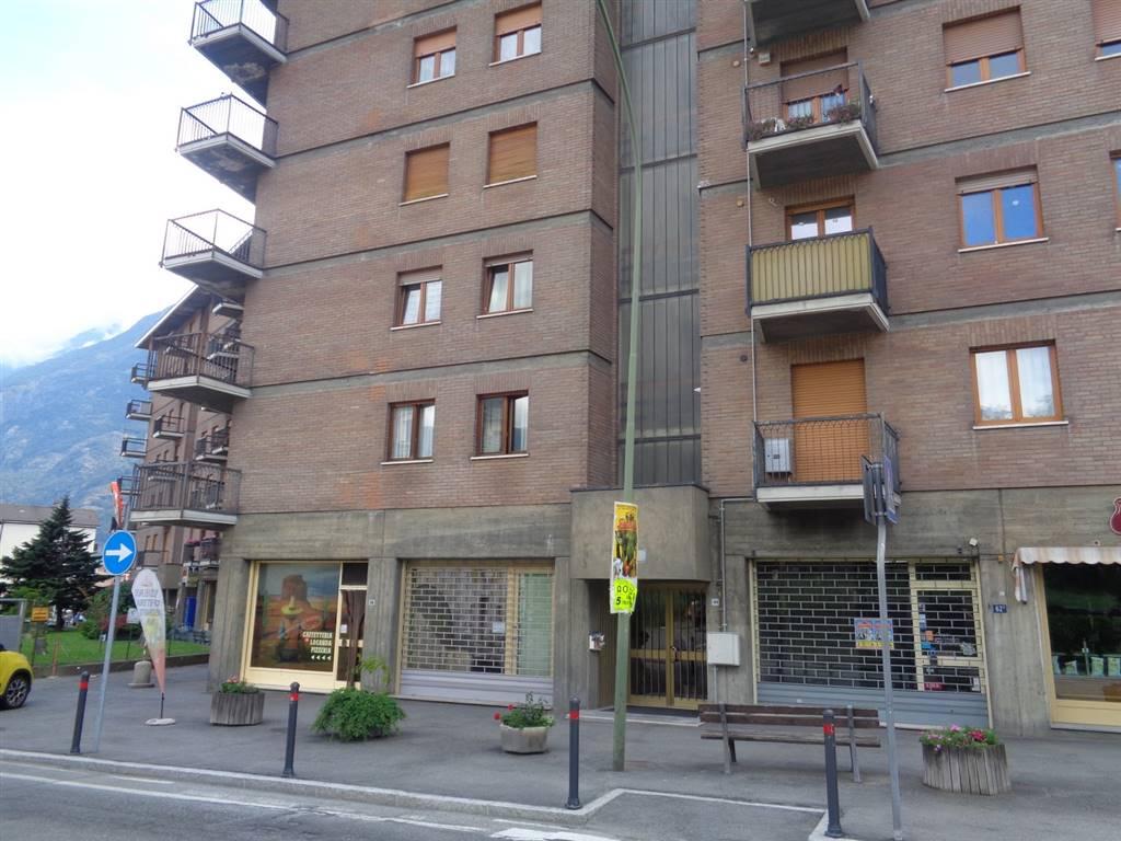 Negozio / Locale in affitto a Aosta, 2 locali, zona Zona: Centro, prezzo € 1.300 | CambioCasa.it