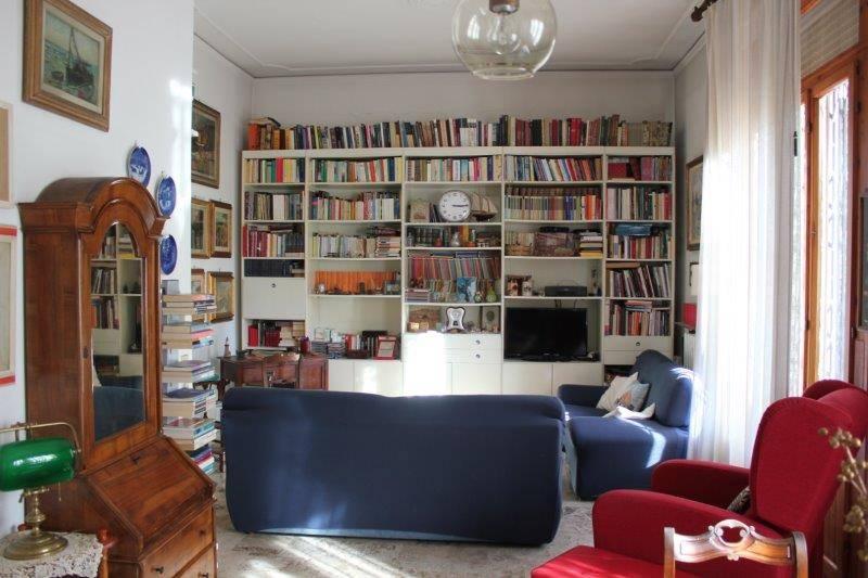 Tuscany, Florence, Salviatino area, apartment in elegant building. Rare ground floor 140 square meter apartment in a prestigious location, quiet and