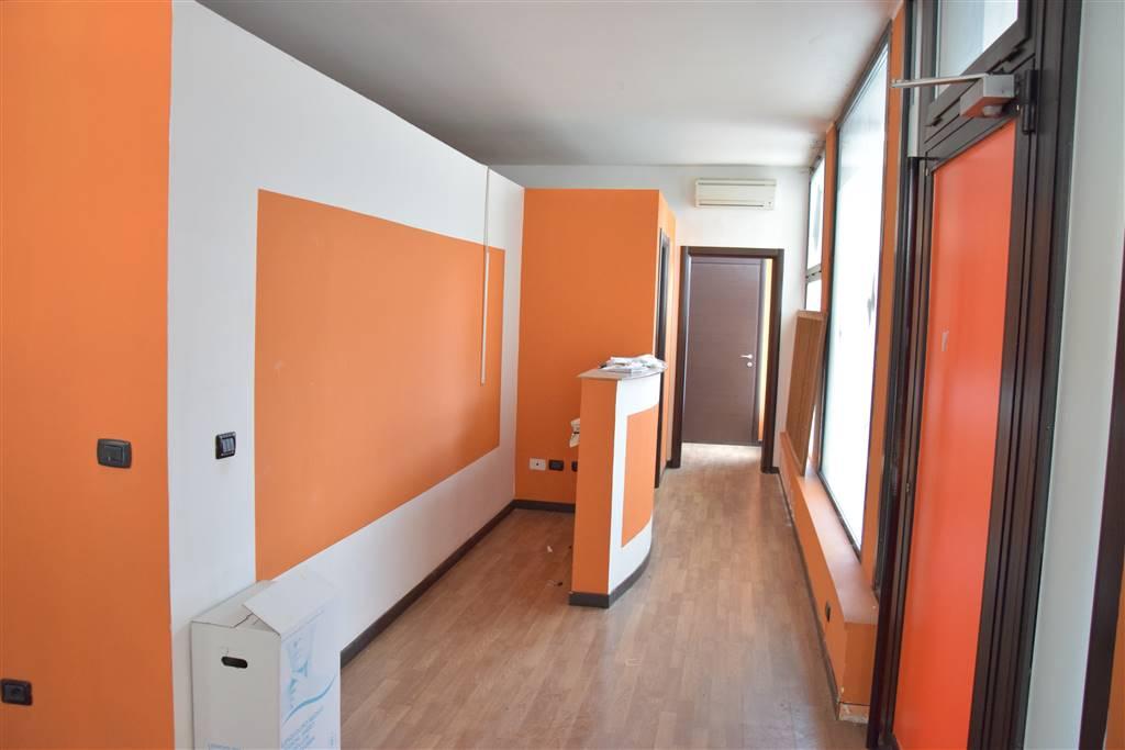 Negozio / Locale in affitto a Capriate San Gervasio, 8 locali, zona Zona: Capriate, prezzo € 650   CambioCasa.it