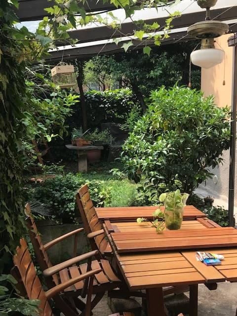 Villa indipendente con giardino (a soli 600 mt da P. le Lagosta e Q. re Isola e a pochi passi dalla fermata Metropolitana) é un' ottima soluzione