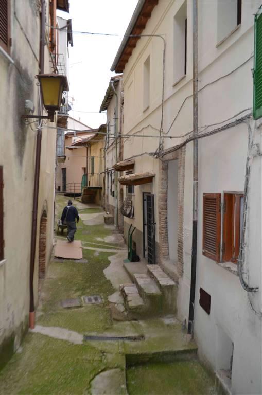 CANTALUPO - All'interno del centro storico proponiamo abitazione da ristrutturare di 70 mq con cantina. Dal vicolo, salendo pochi gradini esterni si