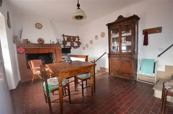 San Polo fraz. di Tarano. Proponiamo in vendita grazioso appartamento cielo terra di 45 mq con adiacente caratteristica cantina di 25 mq.