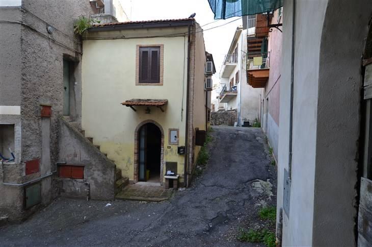 Forano, nei pressi di Piazza Vittorio Emanuele, vendesi appartamentino cielo-terra per una superficie complessiva di mq 37. Disposto su due livelli,
