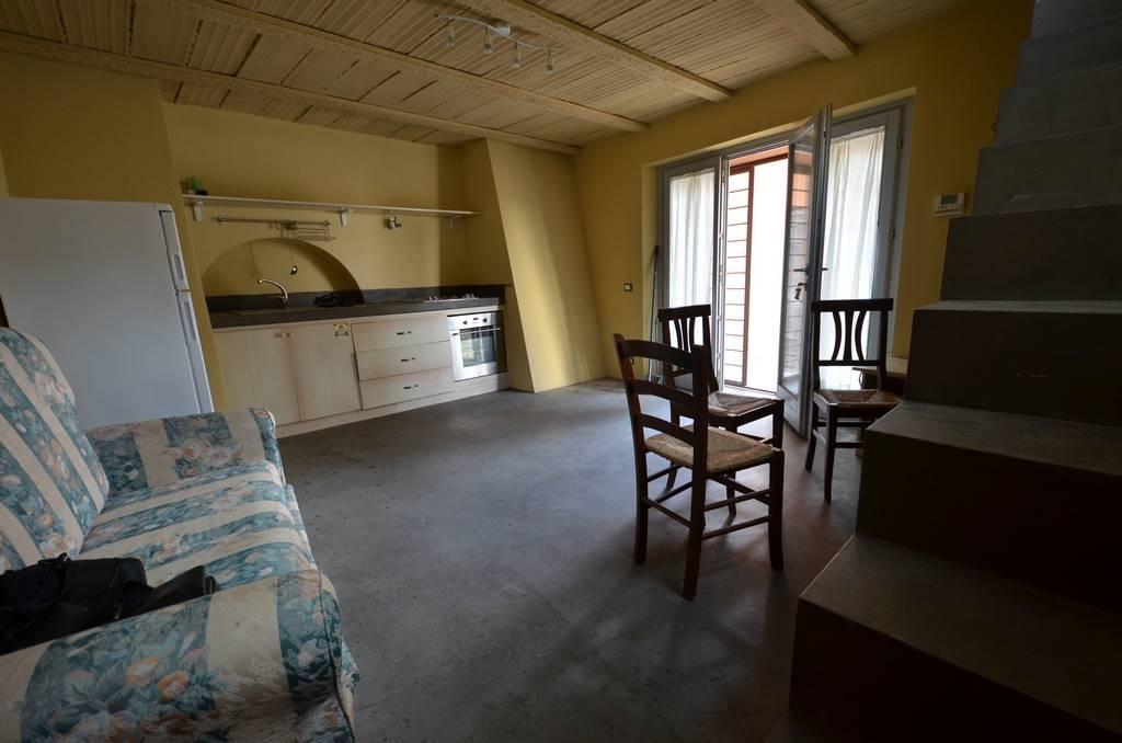 STIMIGLIANO - Appartamento indipendente su due livelli, libero su tre lati. Al piano terra troviamo una zona giorno con angolo cottura; al primo