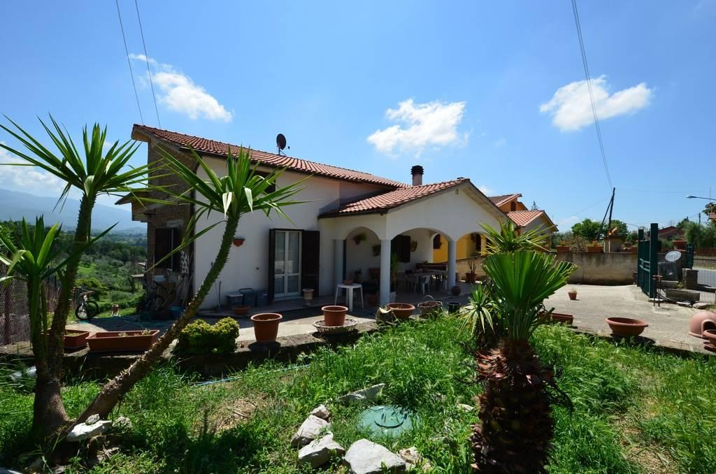 TARANO, Loc. SAN GIORGIO, proponiamo in vendita Villa indipendente per complessivi mq 360 coperti suddivisa in due Unità abitative con