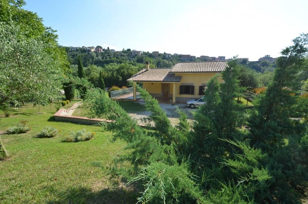 SELCI IN SABINA - Proponiamo in vendita, una curatissima villa indipendente di 240 mq complessivi su due livelli con terreno agricolo di 1,2 Ha. La