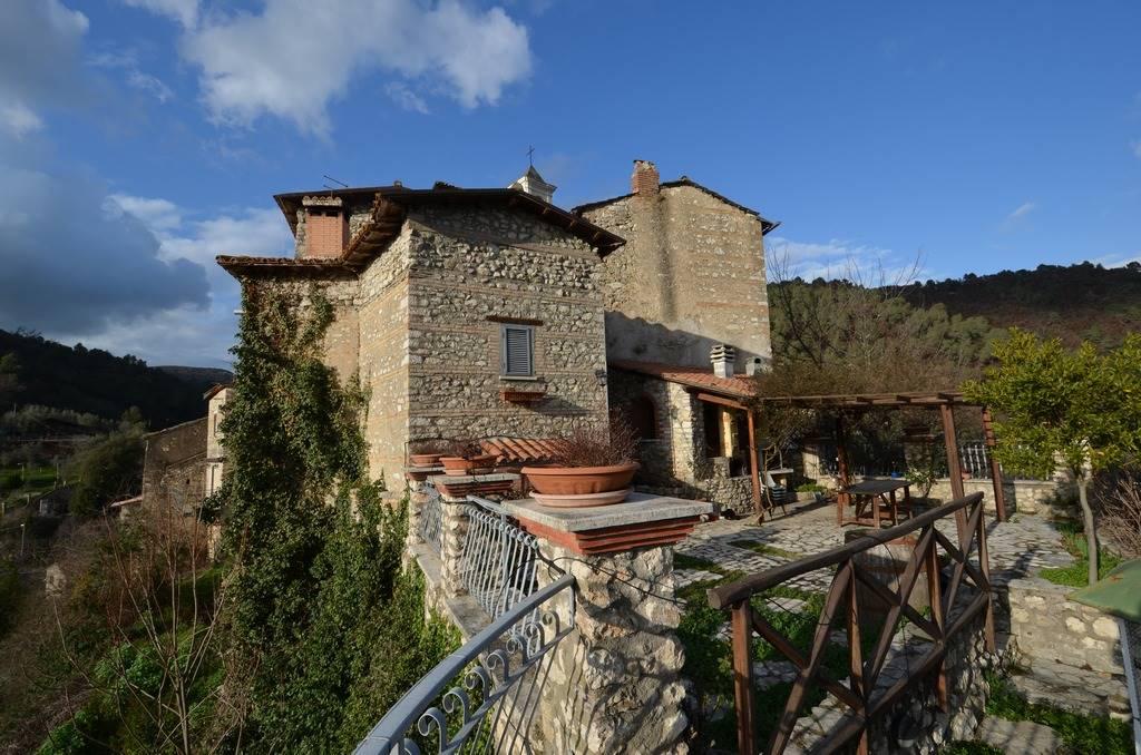 ROCCHETTE fraz. d Torri in Sabina. In uno dei Borghi più belli della Sabina proponiamo in vendita Palazzetto indipendente di ca. 250 mq, con giardino