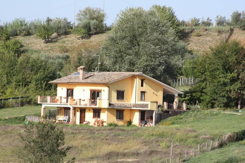 Villa in vendita a Tarano, 8 locali, prezzo € 290.000 | CambioCasa.it