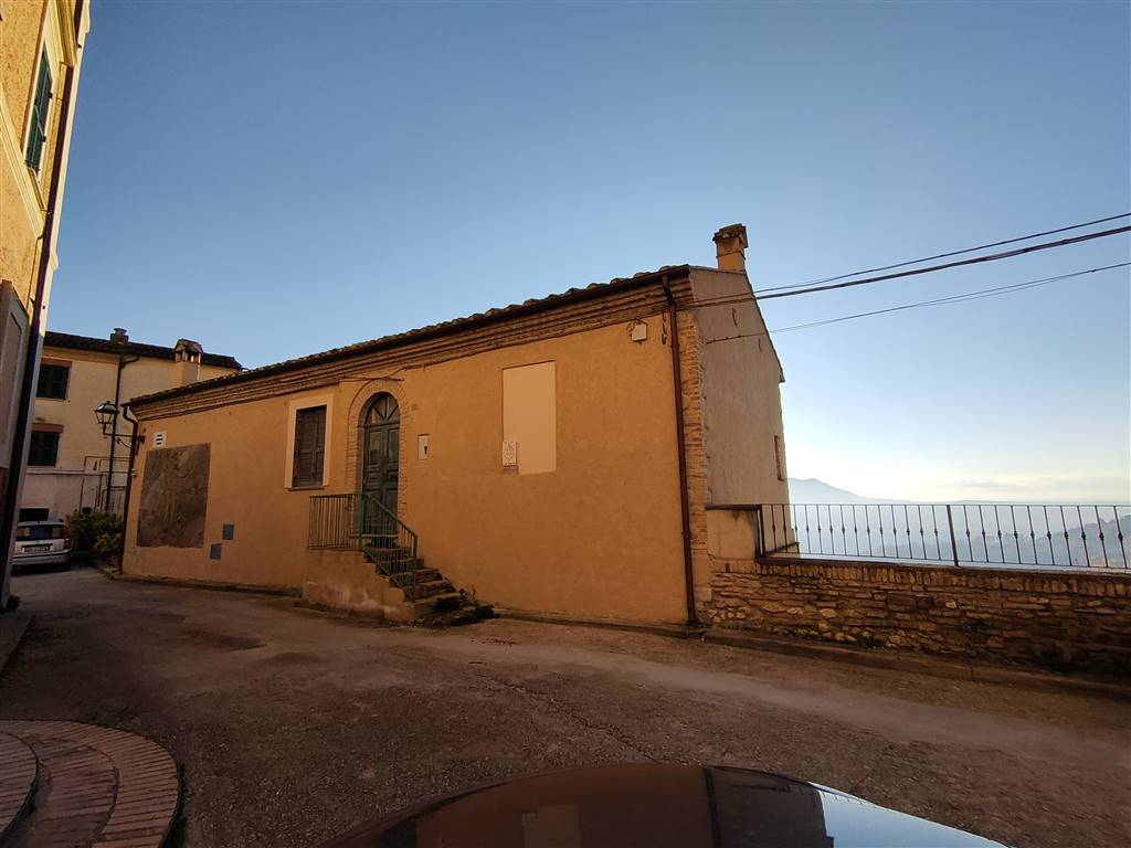 FORANO, Apartment for sale of 82 Sq. mt., Be restored, Heating Non-existent, Energetic class: G, placed at Ground, composed by: 4 Rooms, Separate