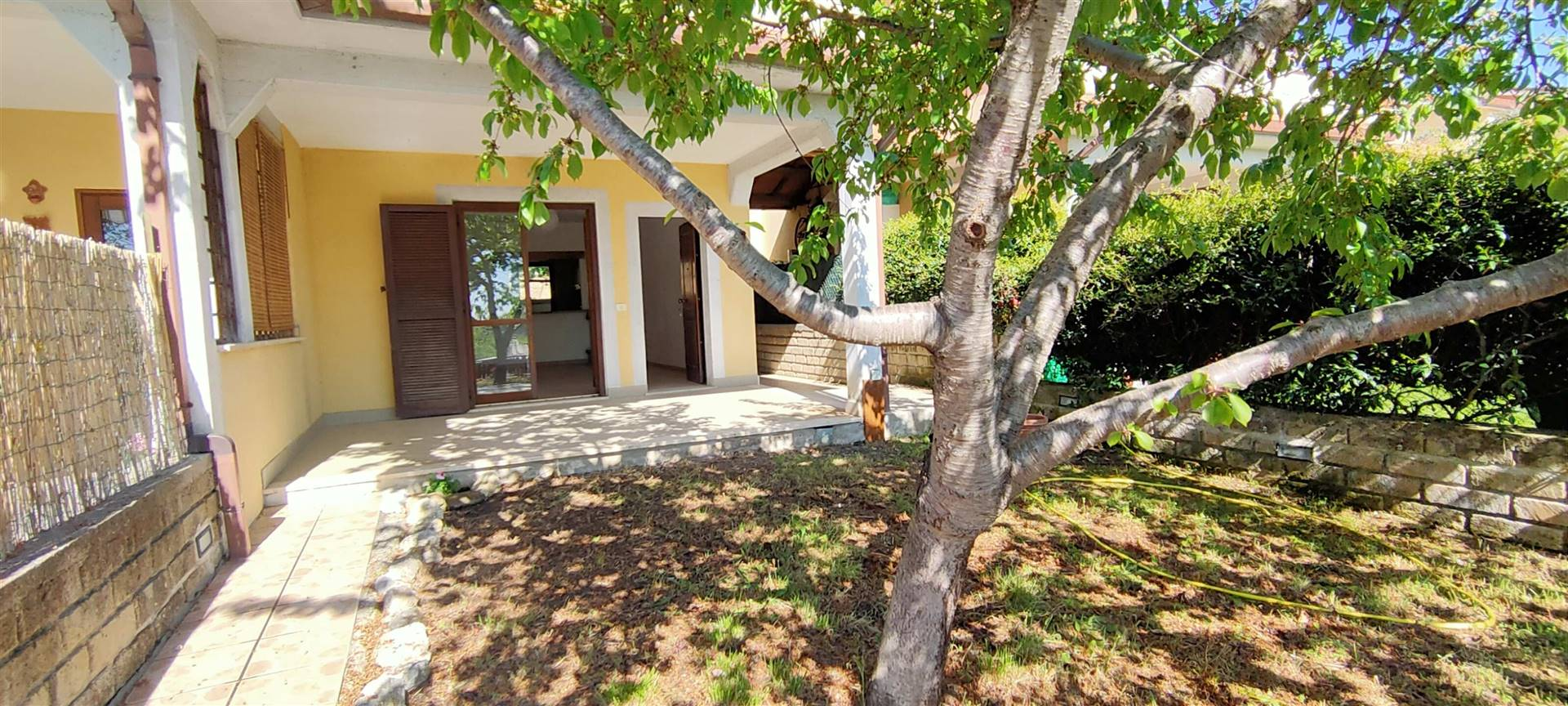 Torri in Sabina, in posizione panoramica e soleggiata proponiamo in vendita villino a schiera con giardino esclusivo e posto auto. La casa si