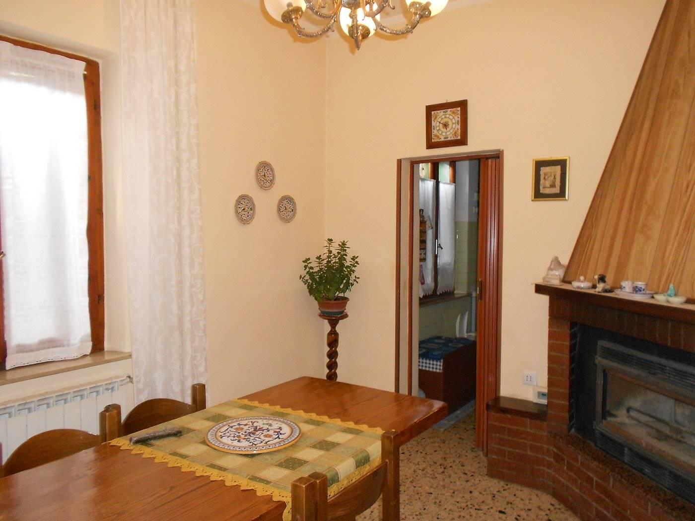 Appartamento in vendita a Spoleto, 8 locali, zona Località: PERIFERIA, prezzo € 110.000 | CambioCasa.it