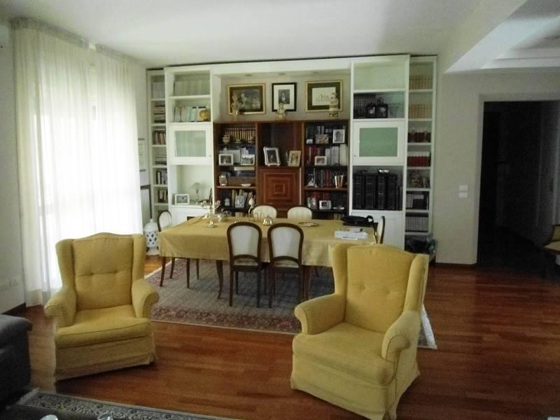 Lecce, in zona ottimamente servita, proponiamo luminoso appartamento di oltre mq. 190 a piano panoramico con ascensore, doppio ingresso, box auto e