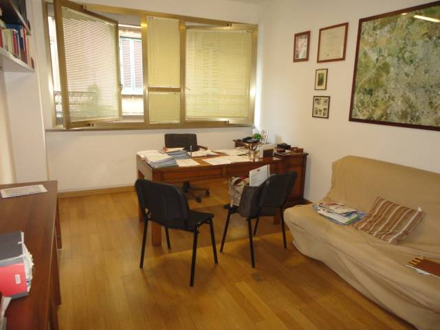 MAZZINI, LECCE, Office for rent of 65 Sq. mt., Good condition, Heating Individual heating system, Energetic class: G, Epi: 48,97 kwh/m3 year, placed