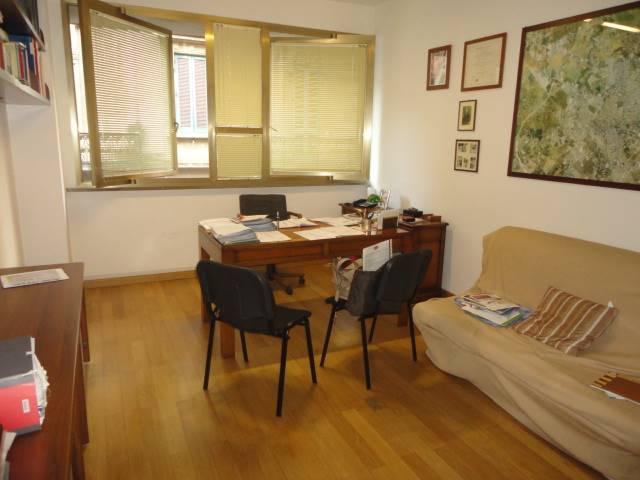 VIA PREMUDA, 18: Proponiamo in zona centrale a pochi passi da Piazza Mazzini ed a 100 mq dalla Villa Comunale, ufficio al primo piano composto da