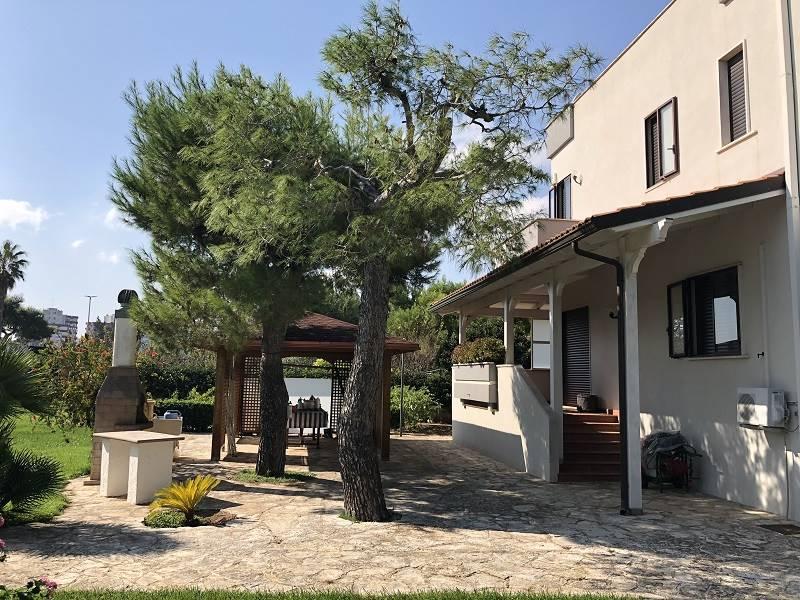 Lecce, nella prestigiosa zona est della città, proponiamo splendida villa, circondata da ampio parco privato di Mq. 1800 circa, caratterizzato da