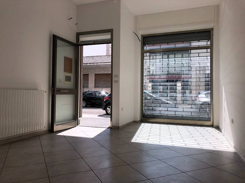 MAZZINI, LECCE, Shop for rent of 80 Sq. mt., Excellent Condition, Heating Individual heating system, Energetic class: C, Epi: 70 kwh/m3 year, placed