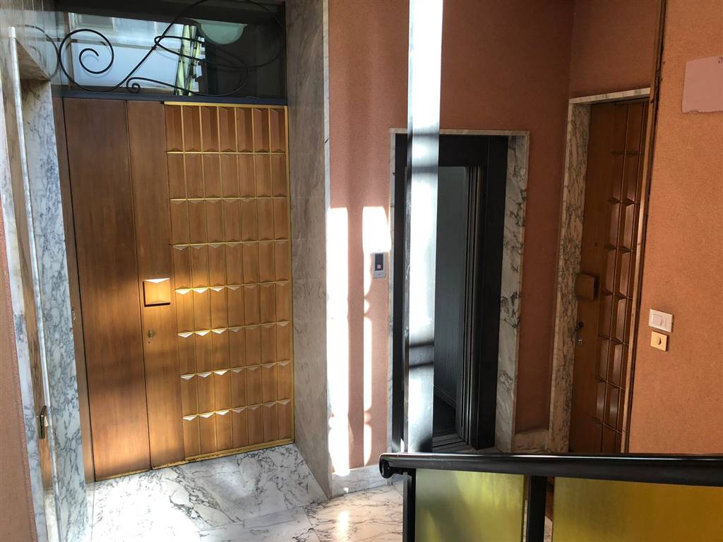 MAZZINI, LECCE, Penthouse for sale of 250 Sq. mt., Habitable, Heating Individual heating system, Energetic class: G, Epi: 119,0408 kwh/m2 year,