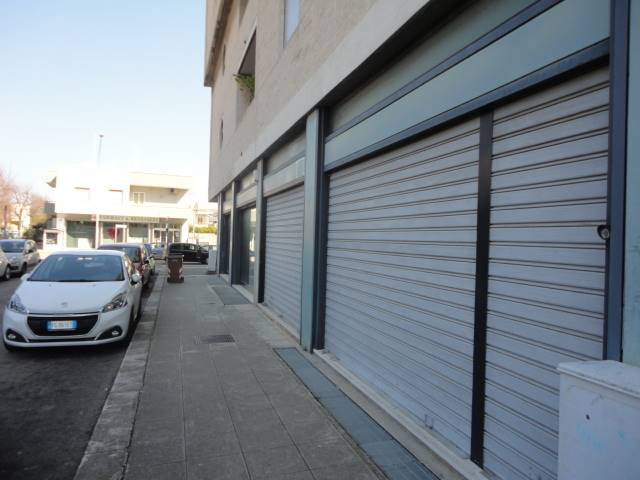 VIA MERINE, LECCE, Shop for rent of 160 Sq. mt., Good condition, Energetic class: D, Epi: 462,22 kwh/m3 year, placed at Ground, composed by: 2 Rooms,