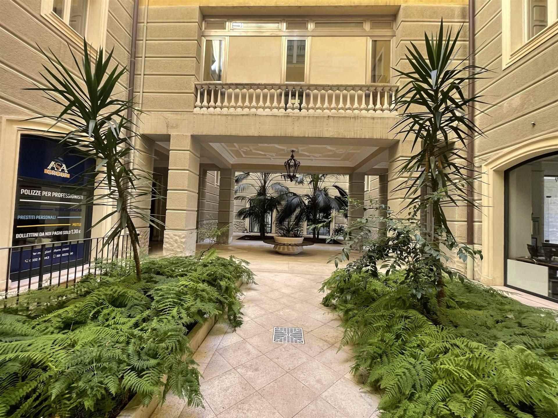 In Palazzo Tamborino, uno dei palazzi storici e prestigiosi di Lecce, a pochi passi dal centro cittadino, proponiamo rifinito bilocale arredato,