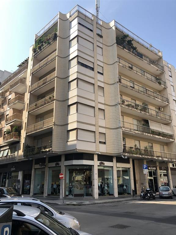 MAZZINI, LECCE, Office for rent of 125 Sq. mt., Habitable, Heating Individual heating system, Energetic class: G, Epi: 97,5 kwh/m3 year, placed at 4°,