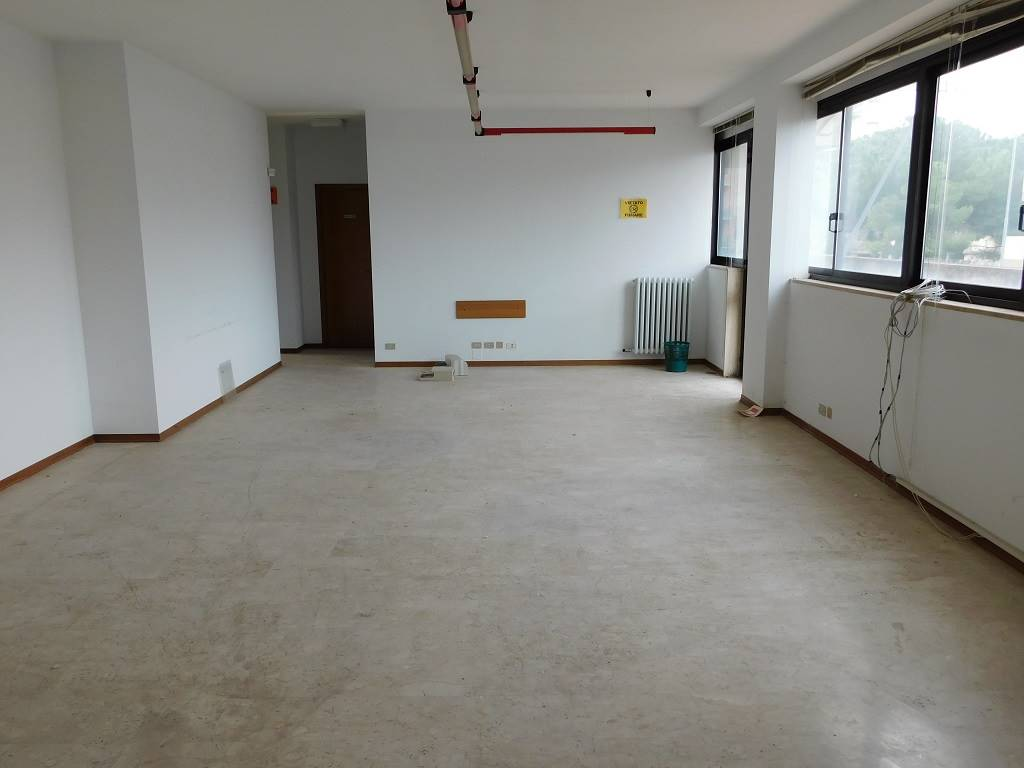 SALESIANI, LECCE, Office for sale of 200 Sq. mt., Excellent Condition, Heating Individual heating system, Energetic class: C, Epi: 654,25 kwh/m3 year,