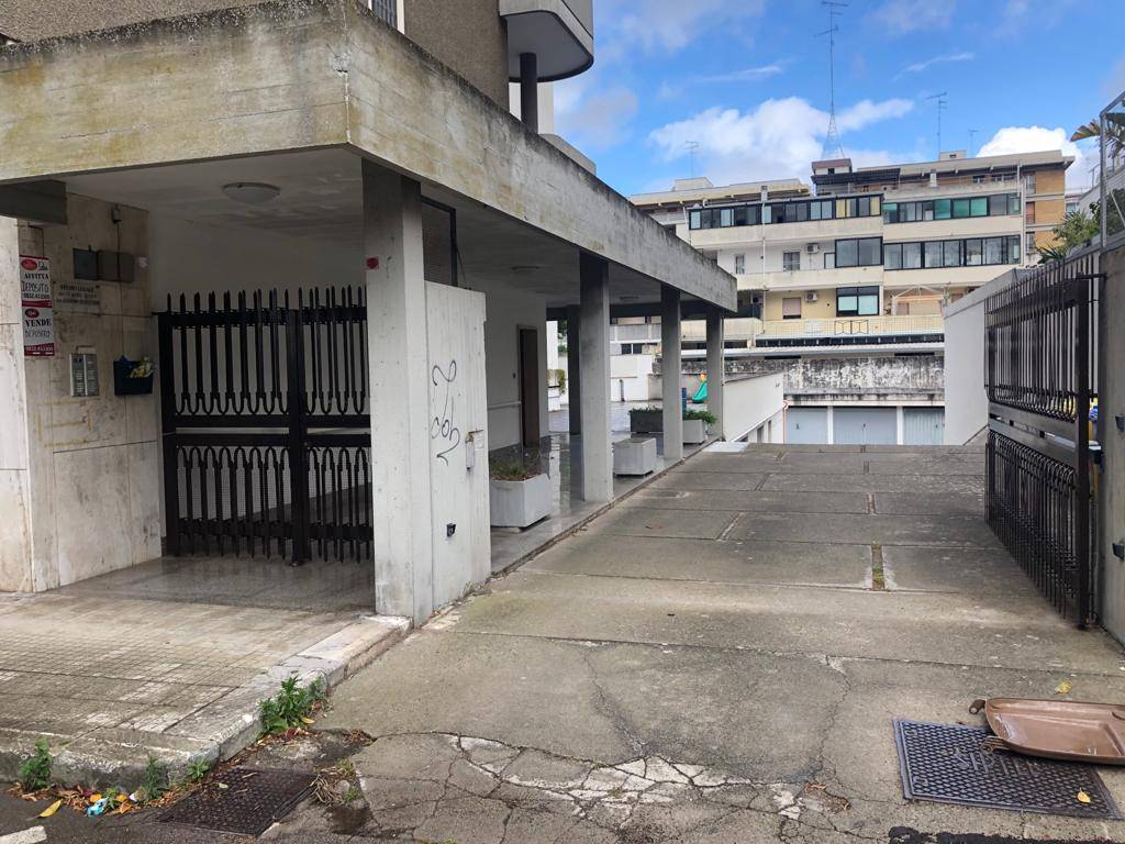 P. PARTIGIANI, LECCE, Warehouse for rent of 560 Sq. mt., Excellent Condition, Heating Non-existent, Energetic class: Not subject, placed at Basement,