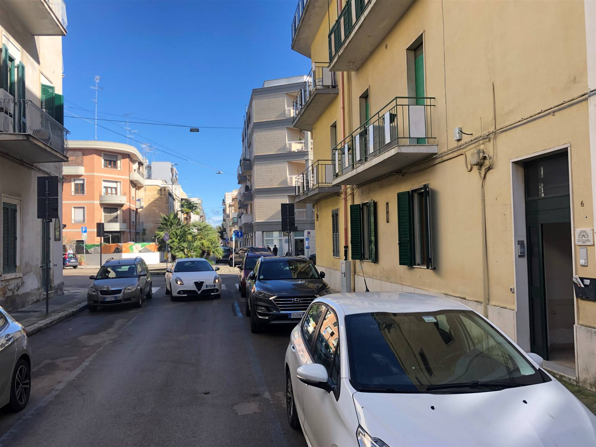 Tra piazza Mazzini e Ludovico Ariosto, appartamento uso ufficio al piano terra, inserito in un piccolo contesto condominiale. Sala d'attesa, quattro