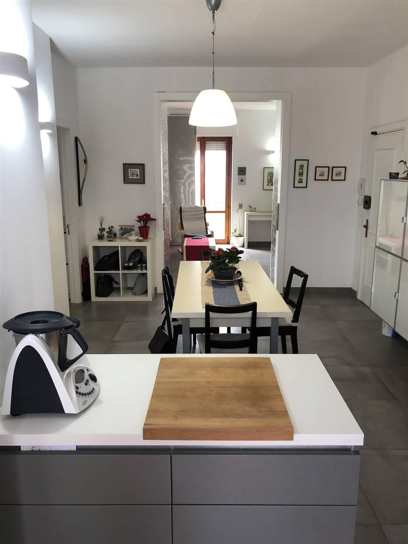 A pochi passi dal centro, in zona salesiani, proponiamo appartamento con doppia esposizione in contesto signorile e completamente ristrutturato.