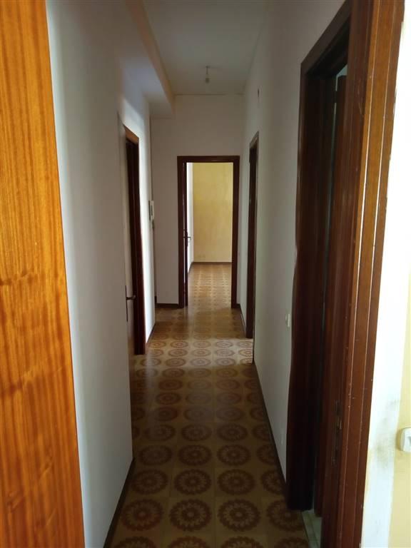 Affittasi, solo a referenziati, a pochi minuti dal centro di Nicolosi, appartamento sito al II piano di stabile non provvisto di ascensore.