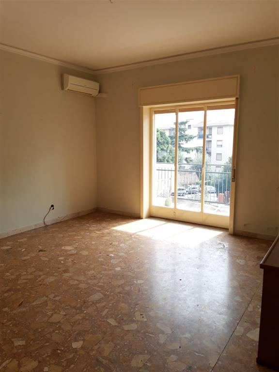 Tremestieri Etneo nei pressi di Via Nuovaluce, proponiamo in vendita splendido appartamento, da rimodernare, con posizione angolare, doppia