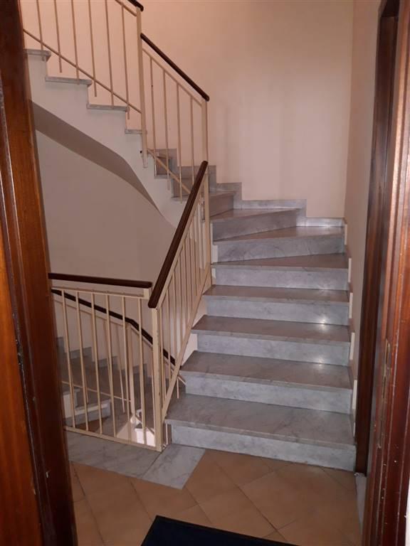 Belpasso, nei pressi di Via Scuola Media, proponiamo in vendita appartamento da rimodernare, sito al primo piano di stabile di solo due unità
