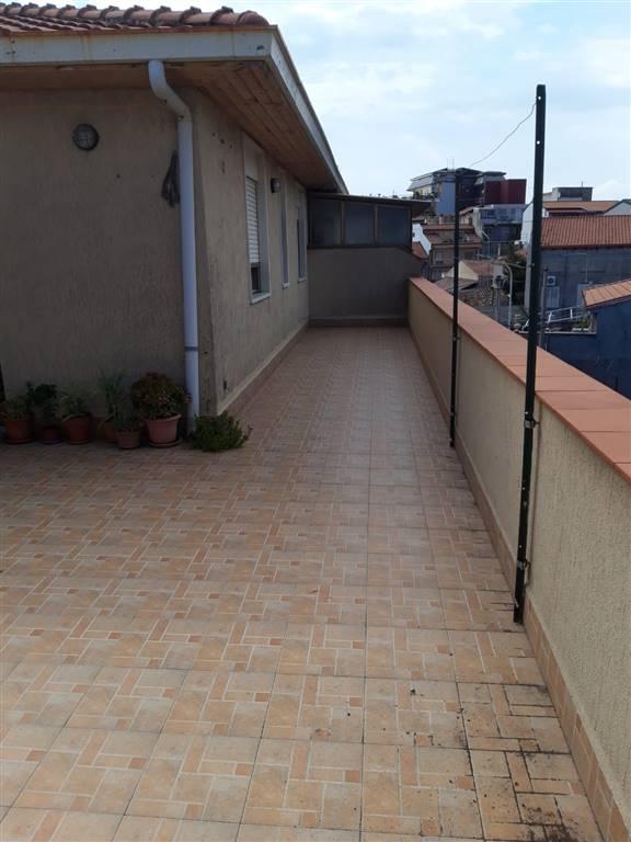 Belpasso, nei pressi di Via Scuola Media, proponiamo in vendita appartamento da rimodernare, sito al secondo piano di stabile di solo due unità