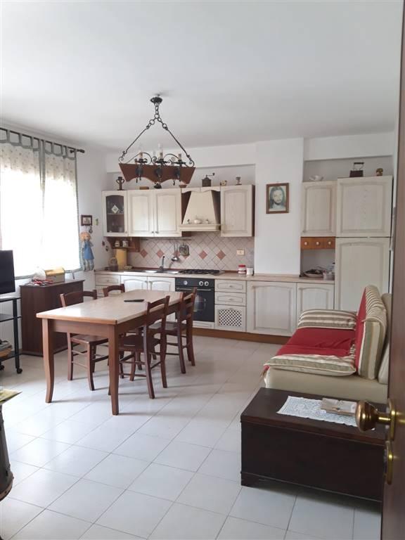 Vendesi in zona centrale di Gravina di Catania, appartamento sito al primo piano, composto da ingresso su un' ampia cucina -soggiorno, disimpegno da