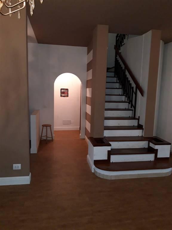 Gravina di Catania, proponiamo in vendita villa a schiera semindipendente disposta su due elevazioni con spazio esterno e posto auto, così composta: