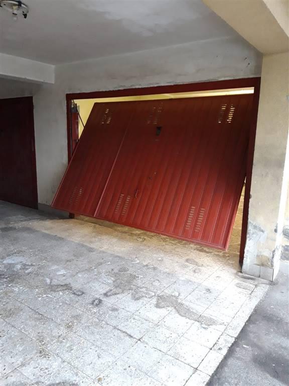 San Pietro Clarenza, proponiamo in vendita all'interno di un piccolo recidence fornito di cancello automatico, vano garage, dotato di saracinesca