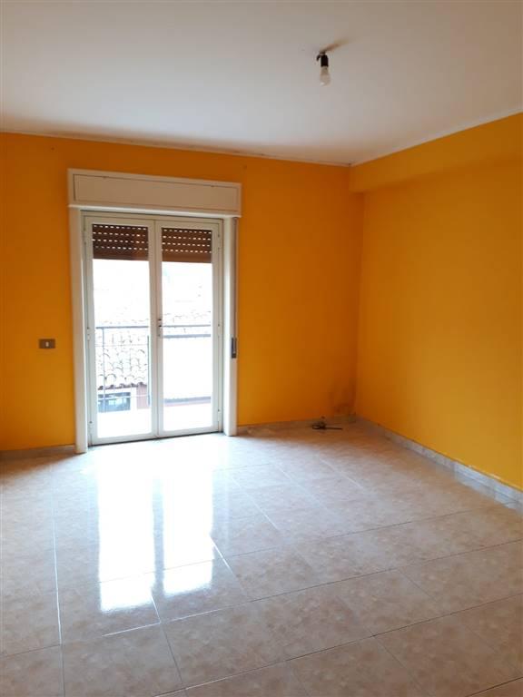 Affittasi solo a referenziati appartamento sito al primo piano di un piccolo condominio. L'appartamento è composto da salone, cucina di 3x7 mq, una