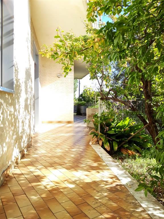 Trecastagni, affittasi, solo a referenziati, appartamento sito al primo piano all'interno di un condominio, dotato d'ingresso semi-indipendente