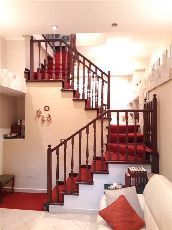 Gravina di Catania, vicino lo sbocco della tangenziale, affittasi solo a referenziati, signorile appartamento arredato, disposto su due livelli