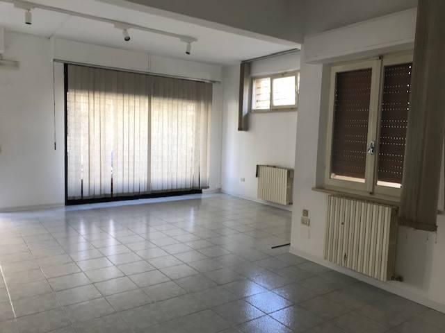 Negozio / Locale in affitto a Senigallia, 1 locali, zona Località: VIVERE VERDE, prezzo € 500   CambioCasa.it