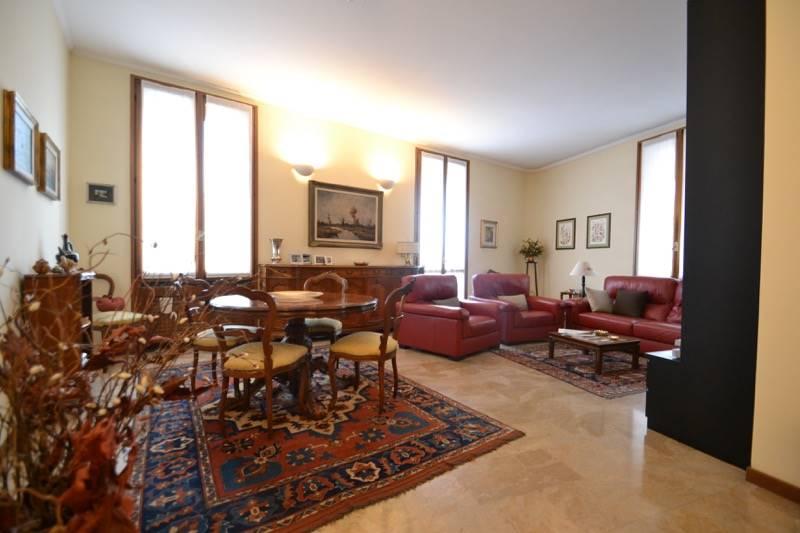 Appartamento in vendita a Bergamo, 4 locali, zona Zona: Centrale, prezzo € 380.000 | CambioCasa.it