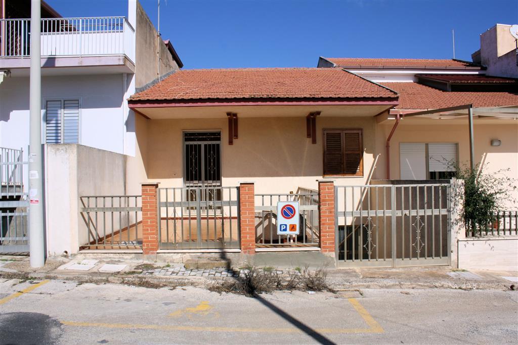 Vendesi casa singola a Casuzze, a circa 300 metri dal mare, di circa 140 Mq calpestabili oltre verande, disposti su 2 livelli: - piano terra è