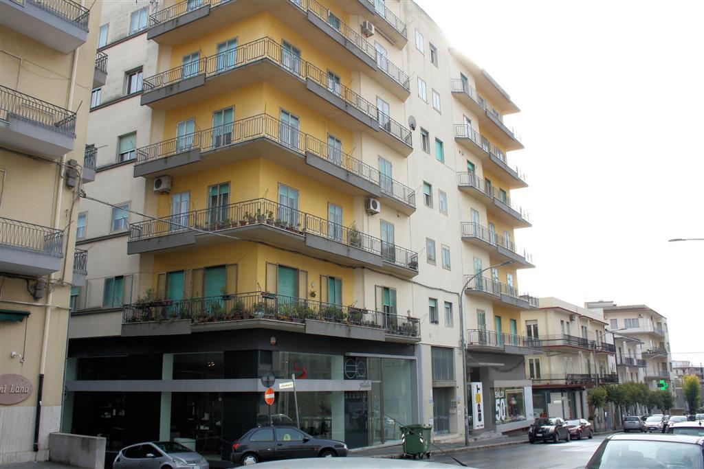 Vendesi ampio e luminoso appartamento in Via Archimede, di circa 200 Mq, al terzo piano con ascensore, composto da ingresso, soggiorno, cucina con