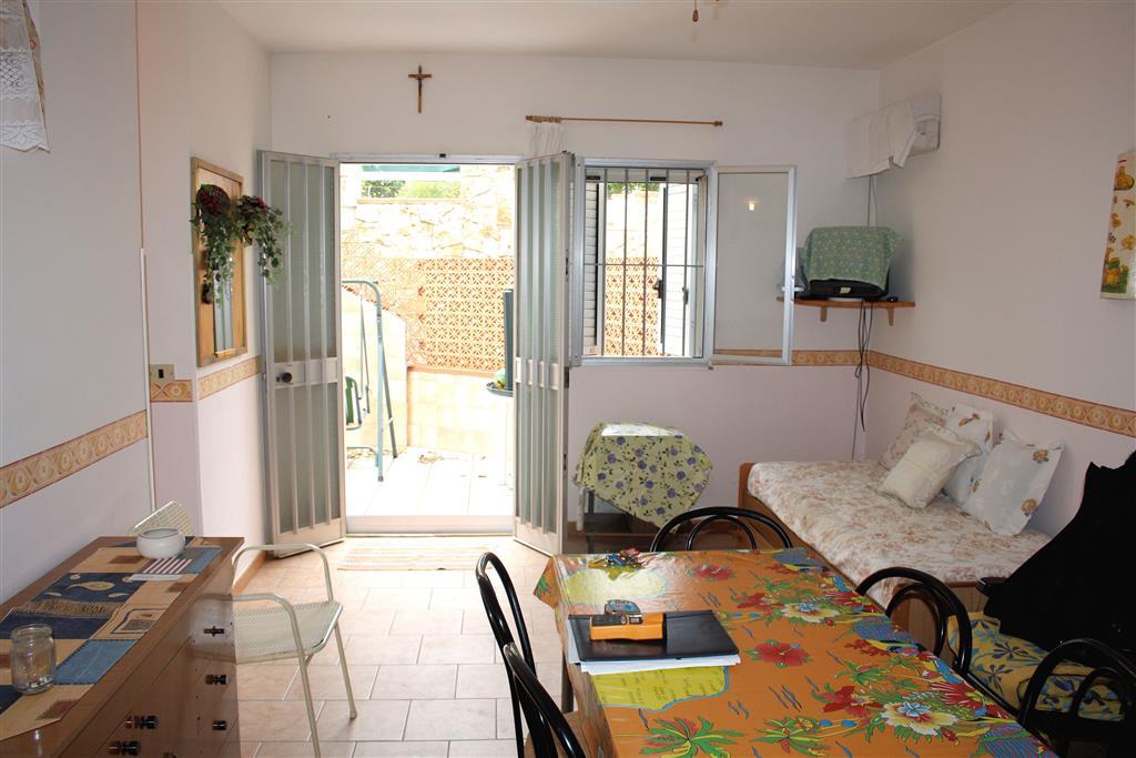 Vendesi appartamento al piano terra seminterrato, di circa 50 Mq interni oltre verande di circa 30 Mq e 20 Mq, zona Casuzze, composta da ingresso,
