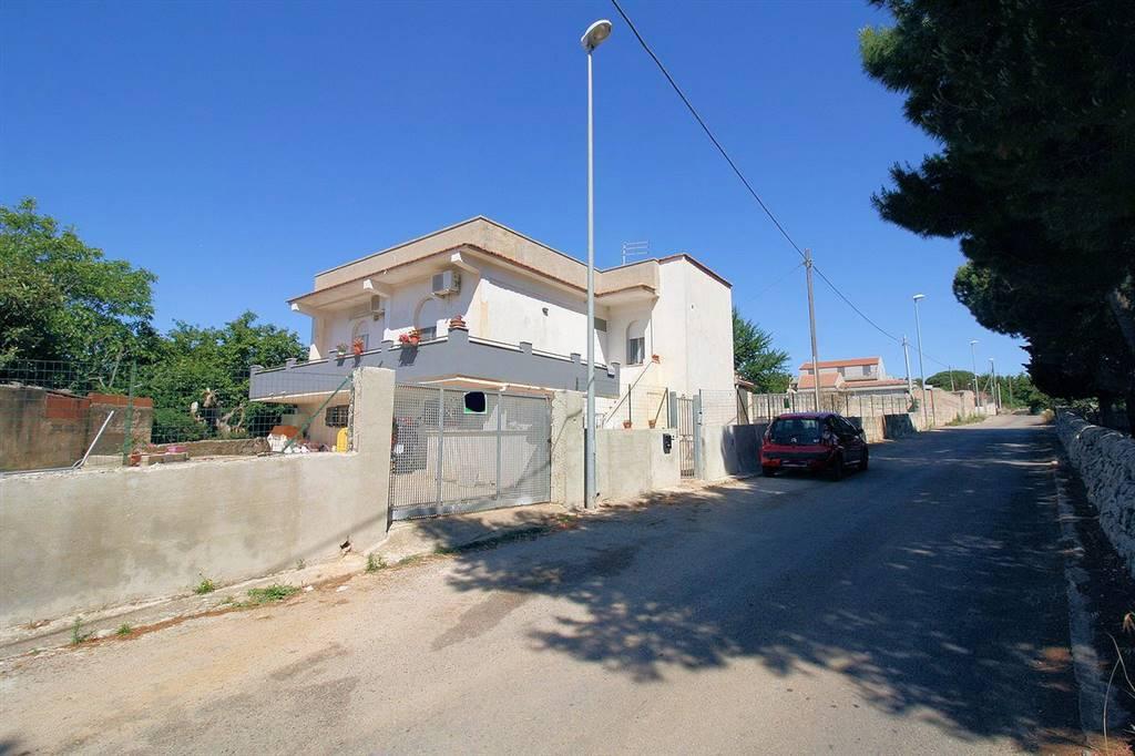 Vendesi villa singola parzialmente ristrutturata, zona Contrada Conservatore, di circa 150 Mq interni calpestabili, composto da: - piano terra di 45