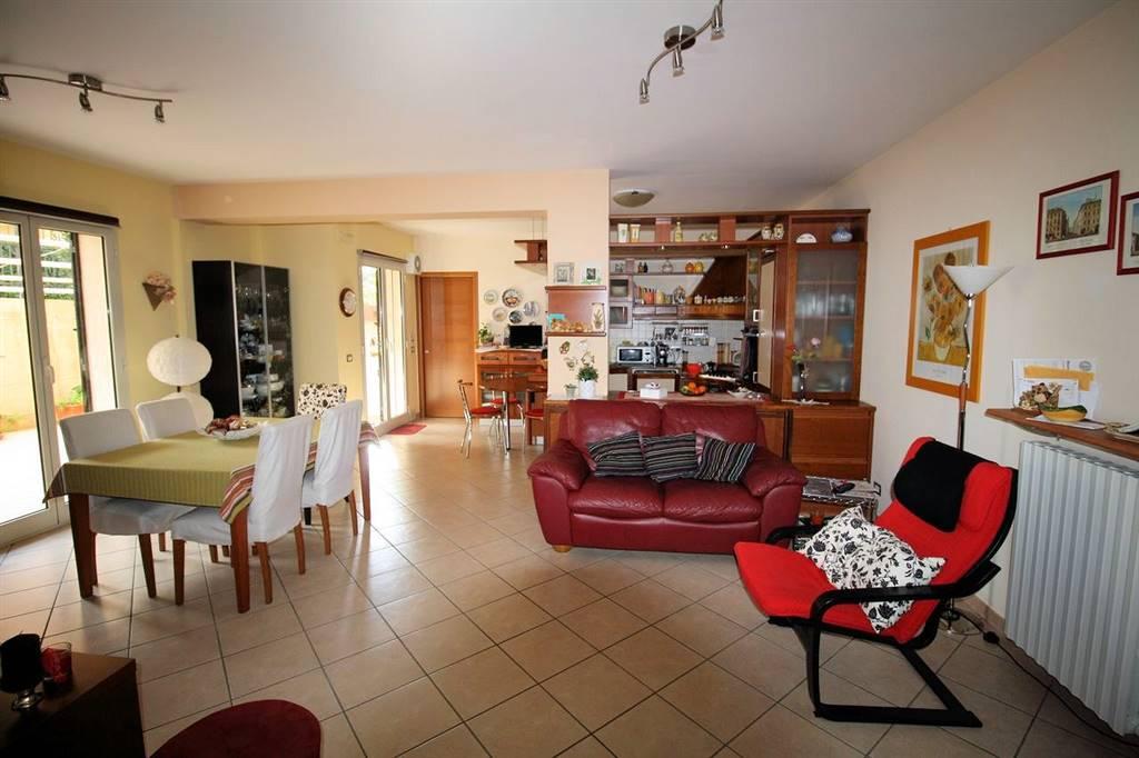 Vendesi appartamento al piano terra, costruito nel 2004, di circa 120 Mq interni, con giardino e verande di circa 250 Mq , zona Beddio/Pianetti,